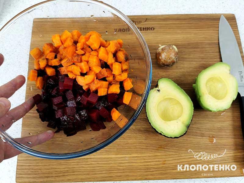 Нарежьте овощи кубиком