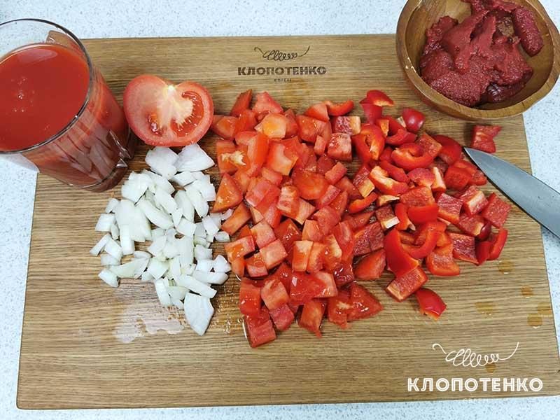 Нарежьте перец, томаты и лук
