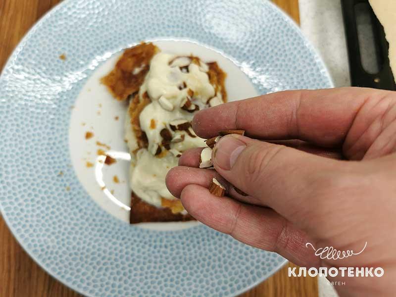 Посыпьте десерт рубленым миндалем