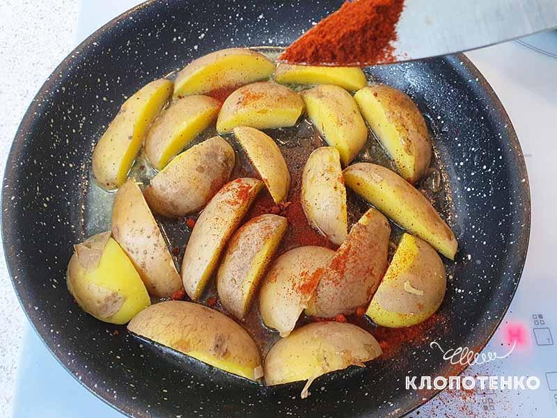 Добавьте к картофелю специи и лук