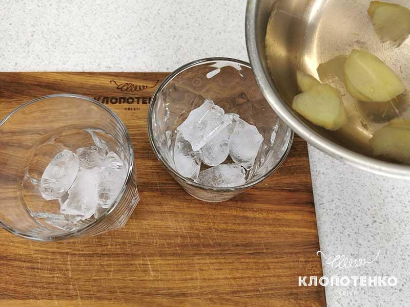 Распределите сироп по стаканам