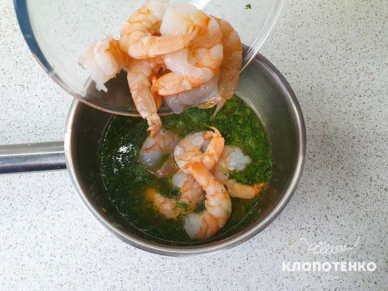 Добавьте креветки в соус