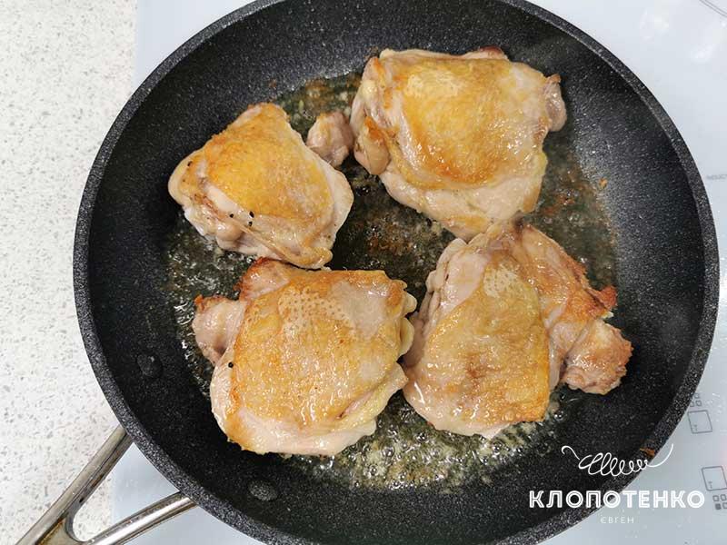Подрумяньте замаринованные куриные бедра