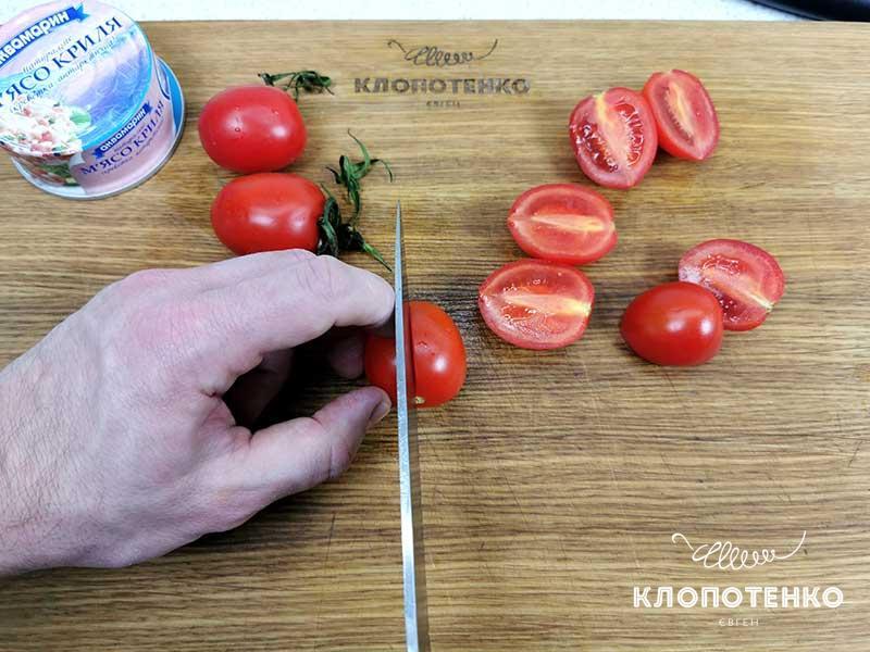 Разрежьте томаты