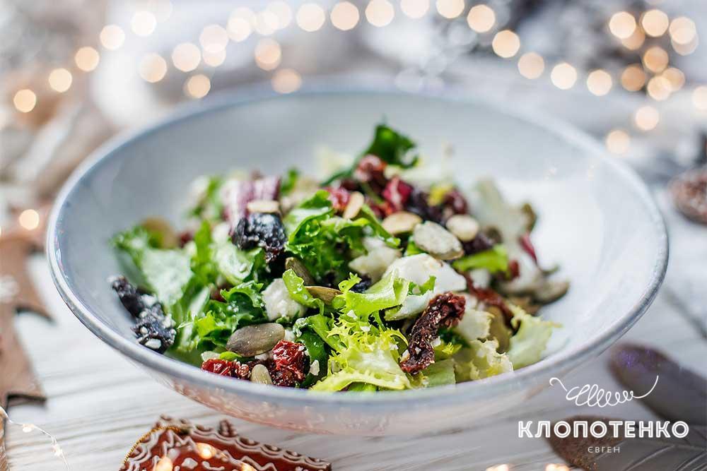 Салат з бринзою і в'яленими томатами