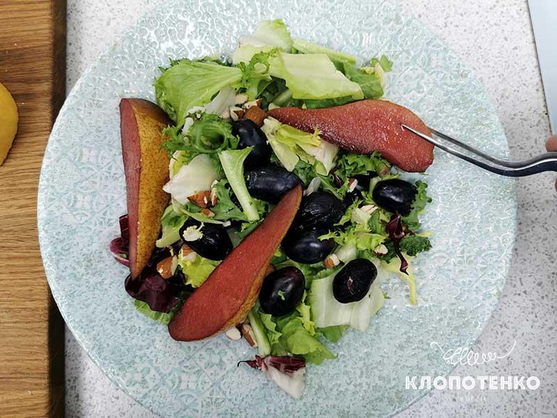 Выложите грушу на салат
