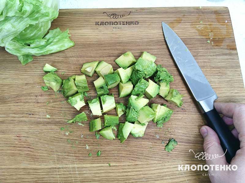 Нарежьте авокадо