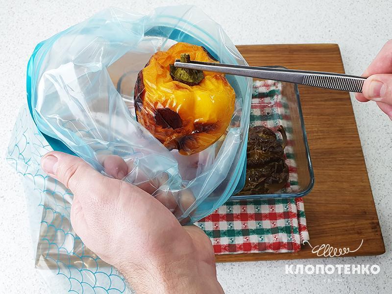 Переложите перцы горячими в пакет