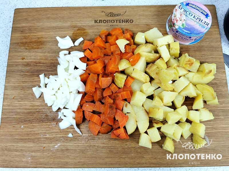 Нарежьте овощи и белки крупными кубиками