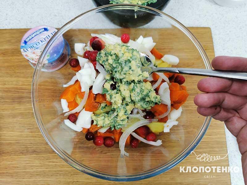 Соедините ингредиенты салата с заправкой