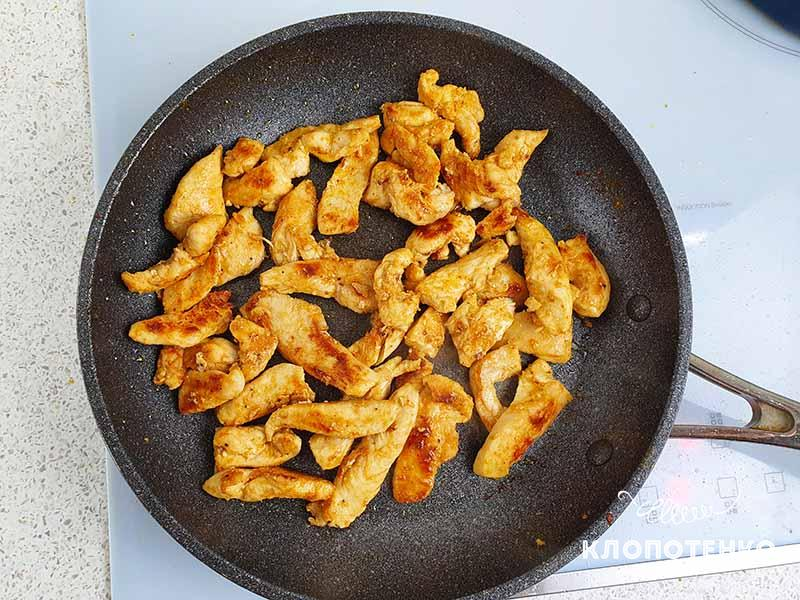 Обжарьте филе на сковороде