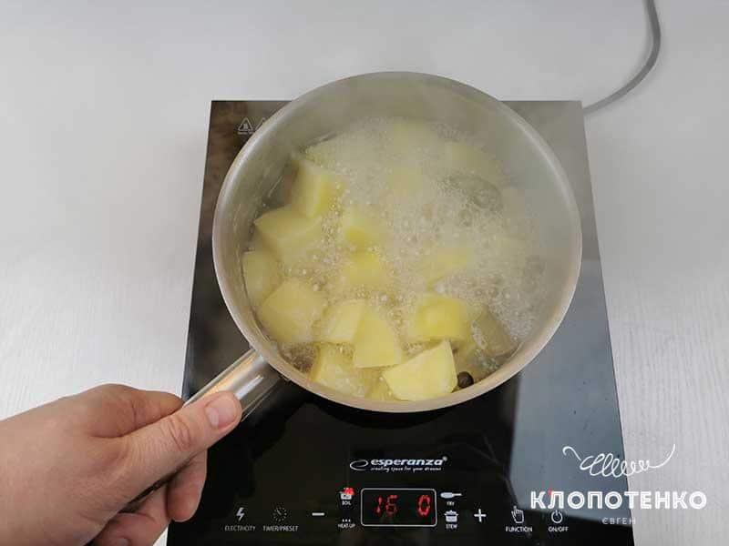 Отварите картофель и фасоль
