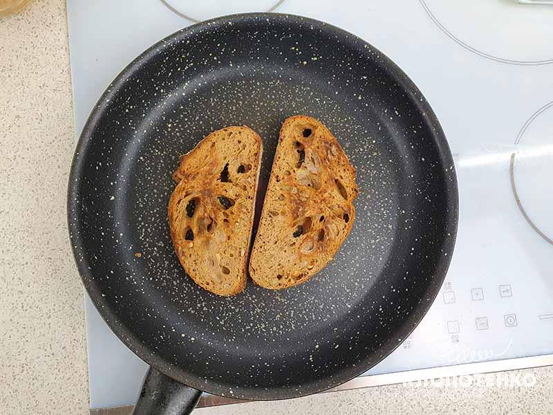 Ломтики хлеба подсушите