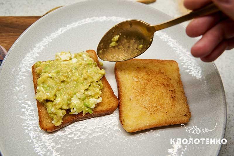 Выложите смесь авокадо с яйцом на тосты