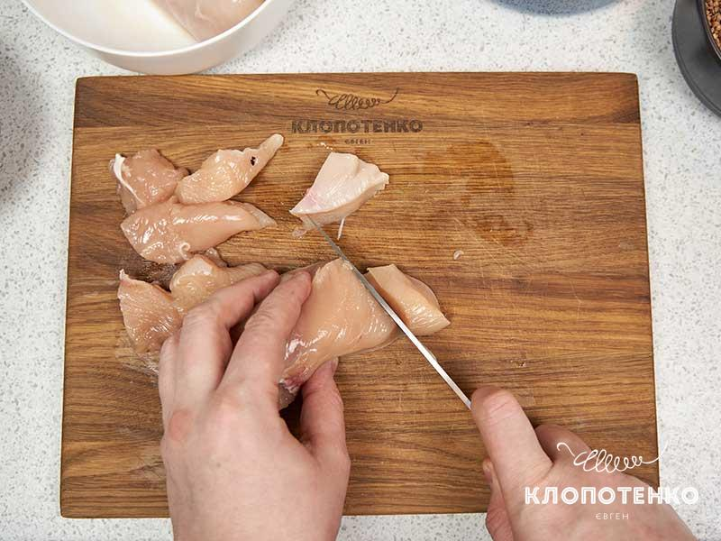 Нарежьте мясо одинаковыми кубиками
