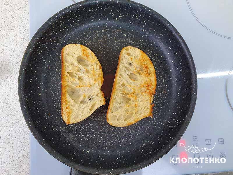 Выложите ломтики хлеба на сковородку и поджарьте