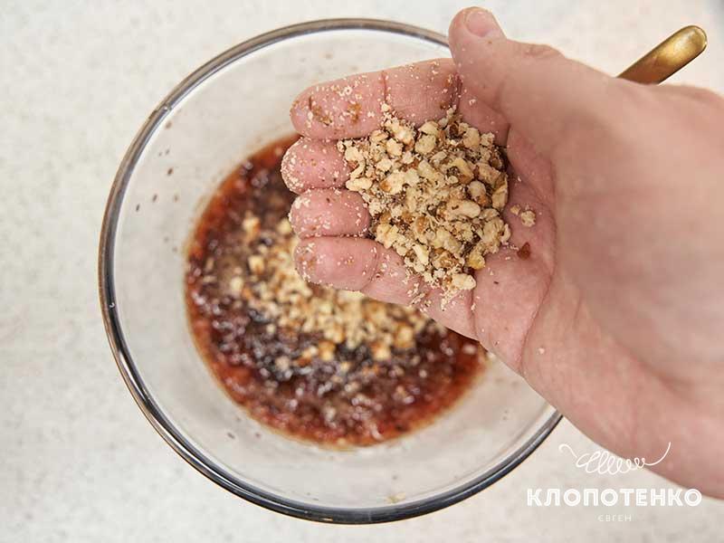 Добавьте крошку из орехов к сливам