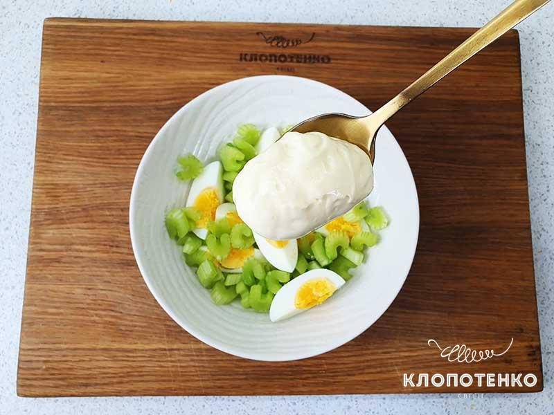 Смешайте стебель сельдерея с яйцом и заправьте салат домашним майонезом