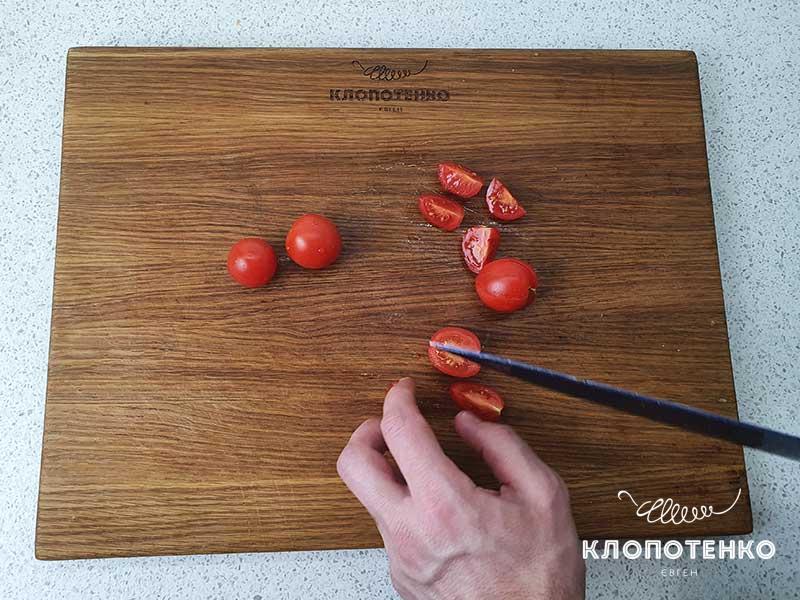 Нарежьте томаты