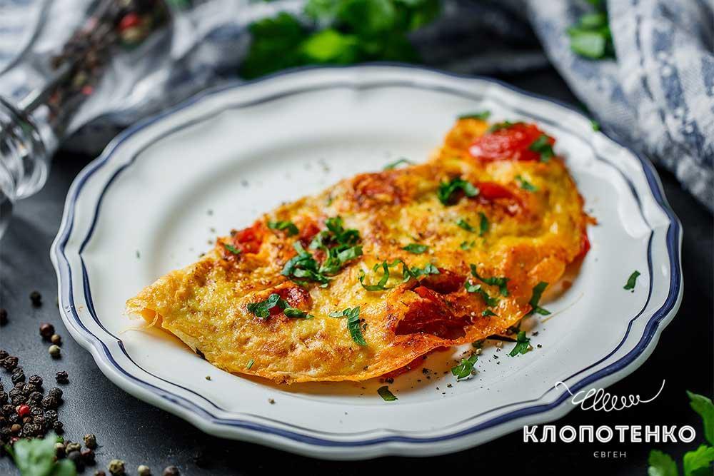 Омлет с томатом и базиликом
