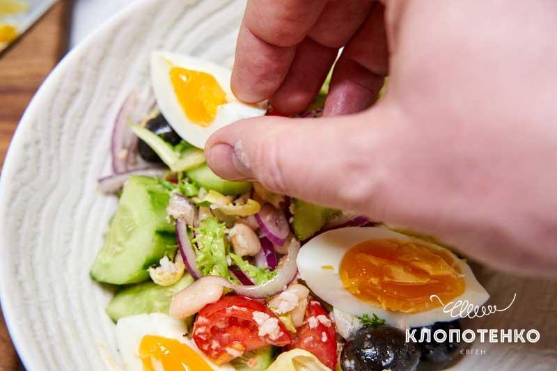 Выложите сверху яйца