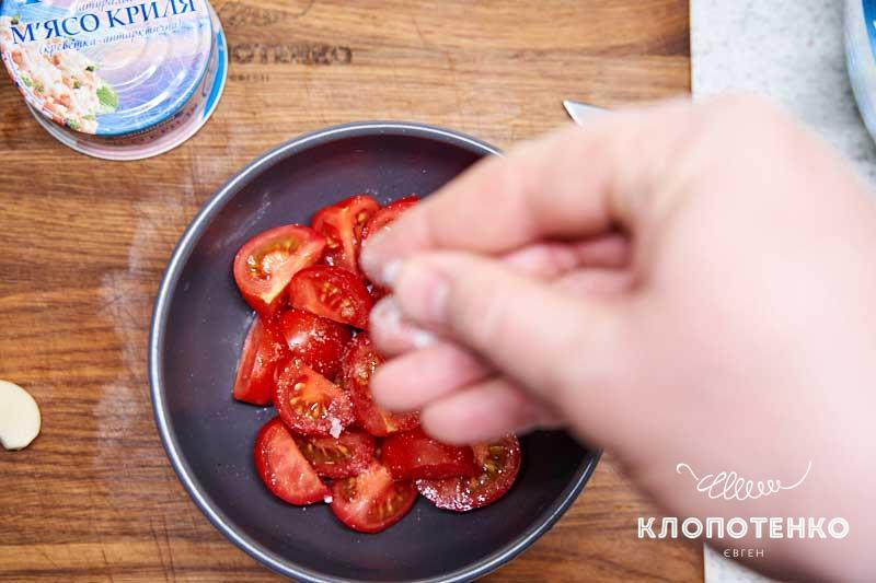 Нарежьте томаты и посолите