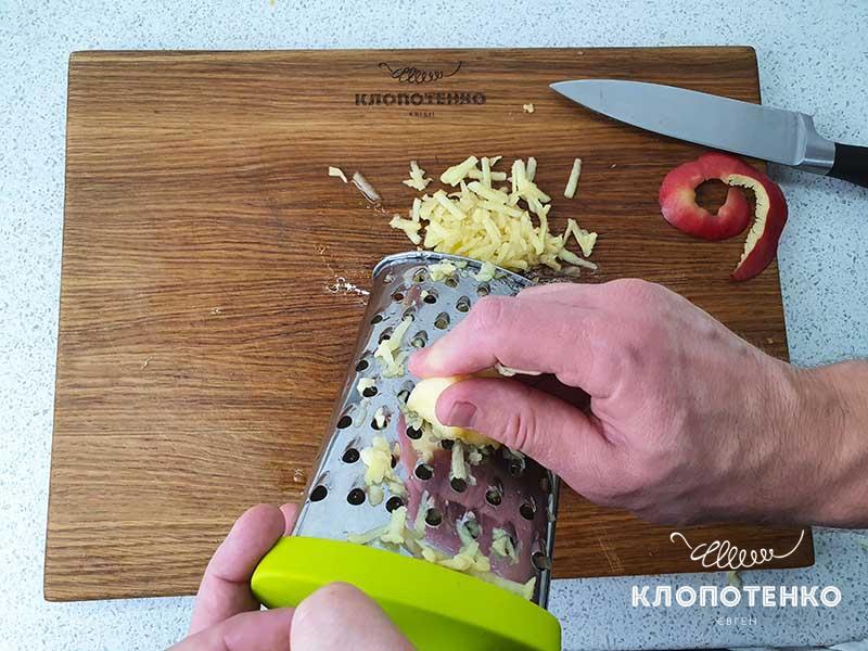 Натрите яблоки