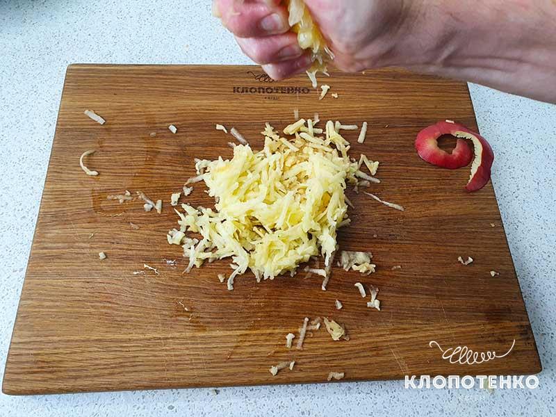Сбрызните натертые яблоки соком половины лимона