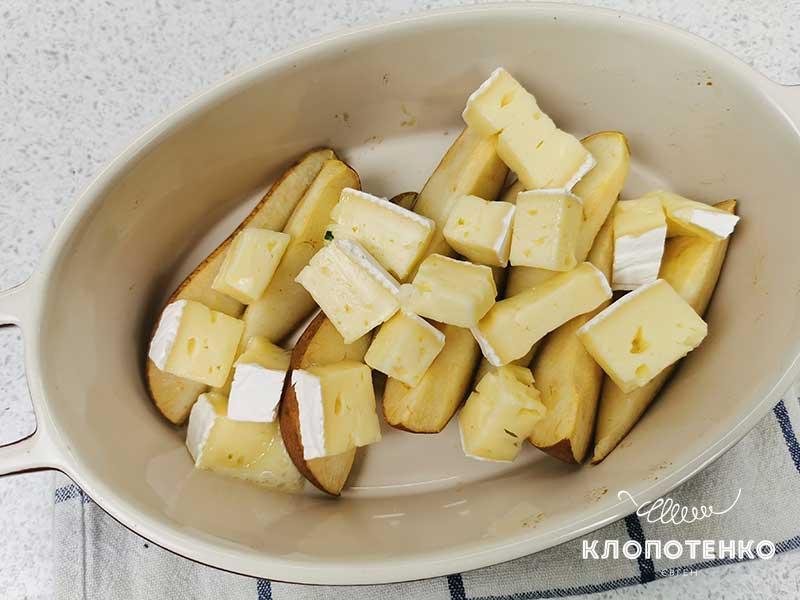 Выложите сыр к грушам