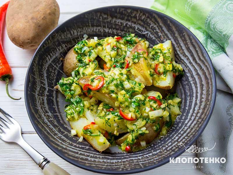 Салат спеченым картофелем