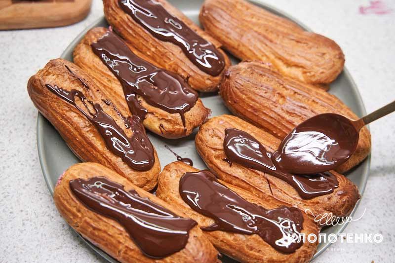 Полейте эклеры шоколадом