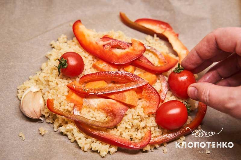 Выложите в конверт булгур и овощи