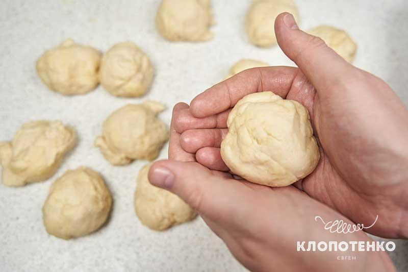 Замесите тесто и формируйте пампушки