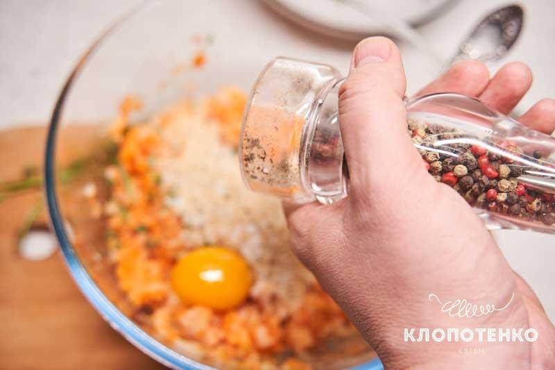 Добавьте яйцо и специи