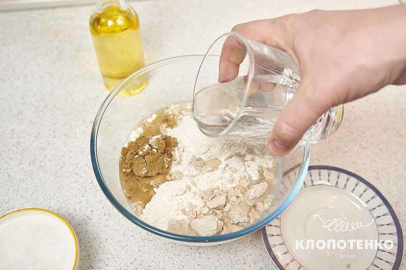 Влейте в миску 250 мл теплой воды