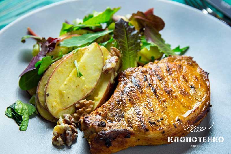 Свинина в горчице с яблочным салатом