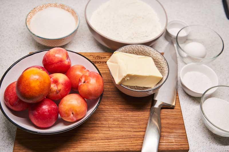 Подготовьте все ингредиенты для выпекания тертого пирога
