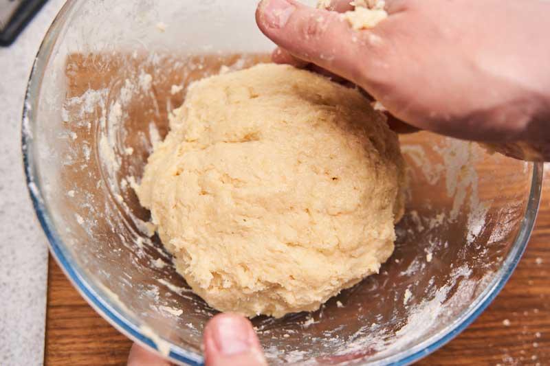 Замешайте руками однородное тесто
