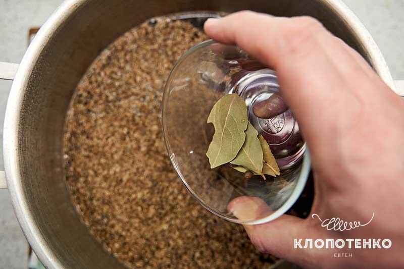 Добавьте семена укропа и лавровый лист