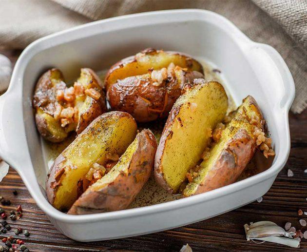 Запечена картопля із салом