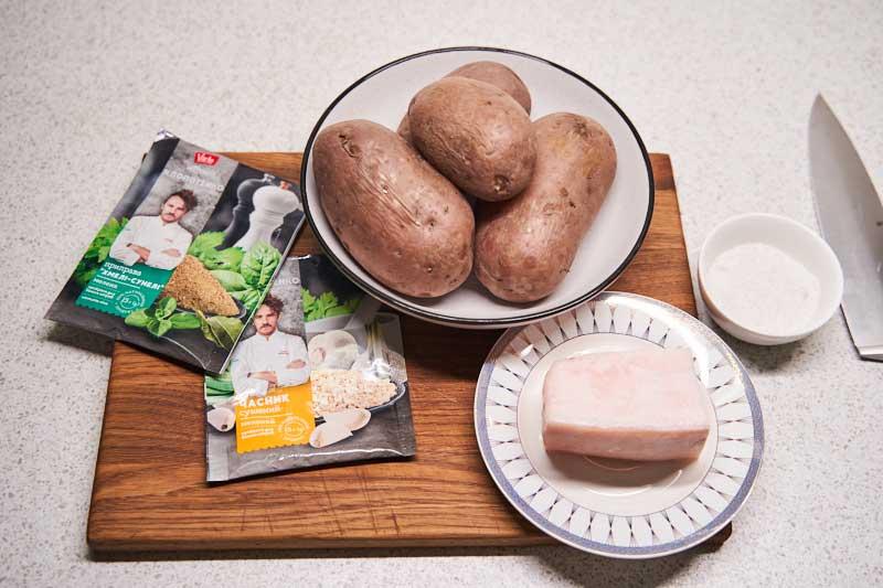 Подготовьте ингредиенты для приготовления запеченной картошки с салом