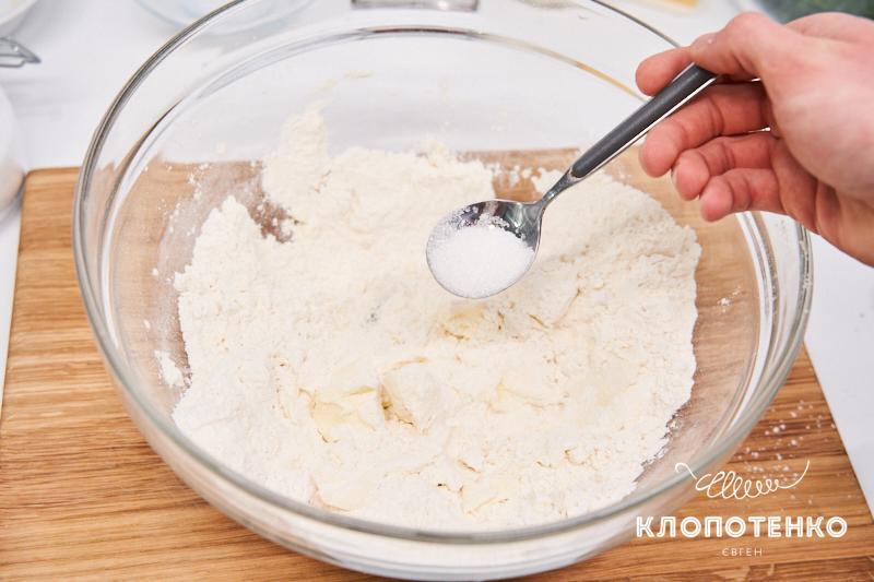 Смешайте муку с солью и сахаром