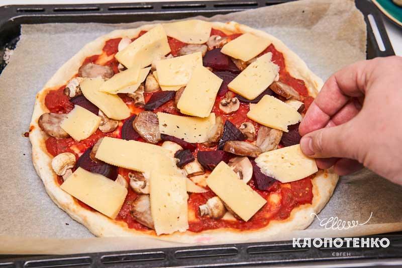Выложите сыр на пиццу
