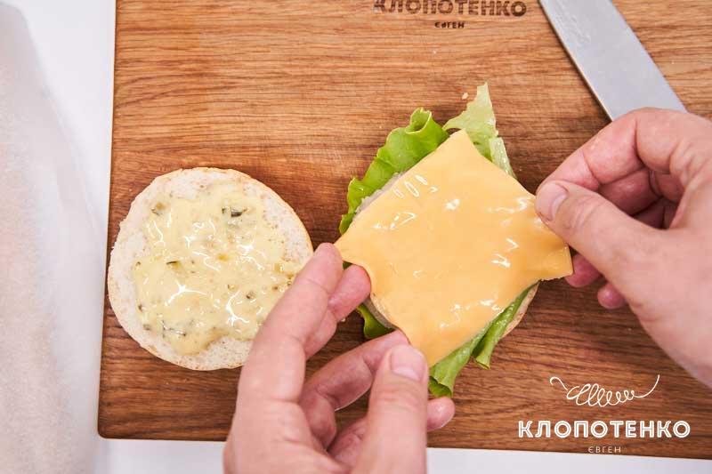 Выложите по ломтику сыра