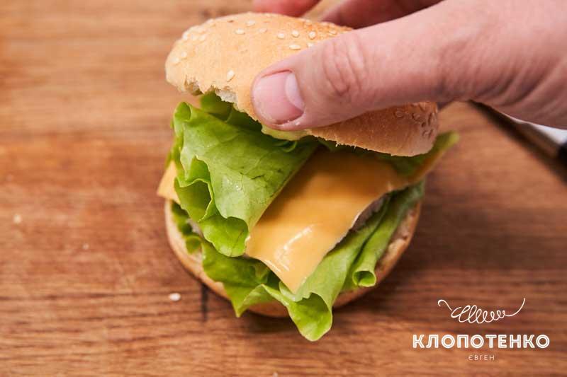 Накройте каждый фишбургер второй булочкой