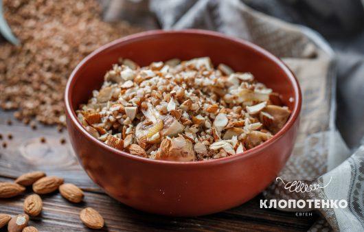 Повседневное блюдо по-новому. Рецепт гречки с шампиньонами и миндалем