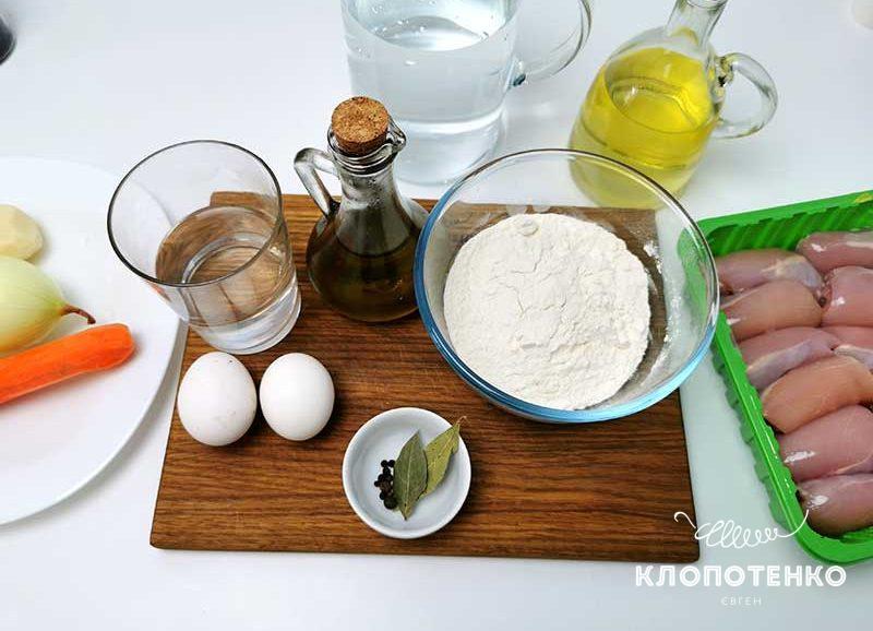 Подготовьте ингредиенты для приготовления легкого куриного супа