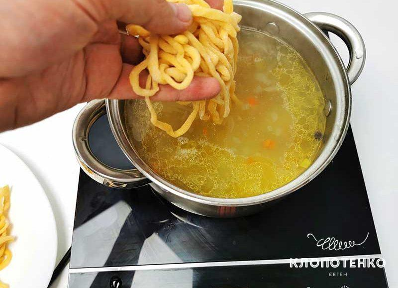 Добавьте лапшу в суп