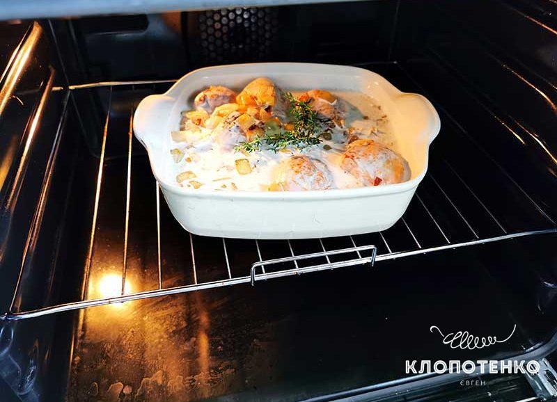 Запекайте куриные голени со сливочным соусом