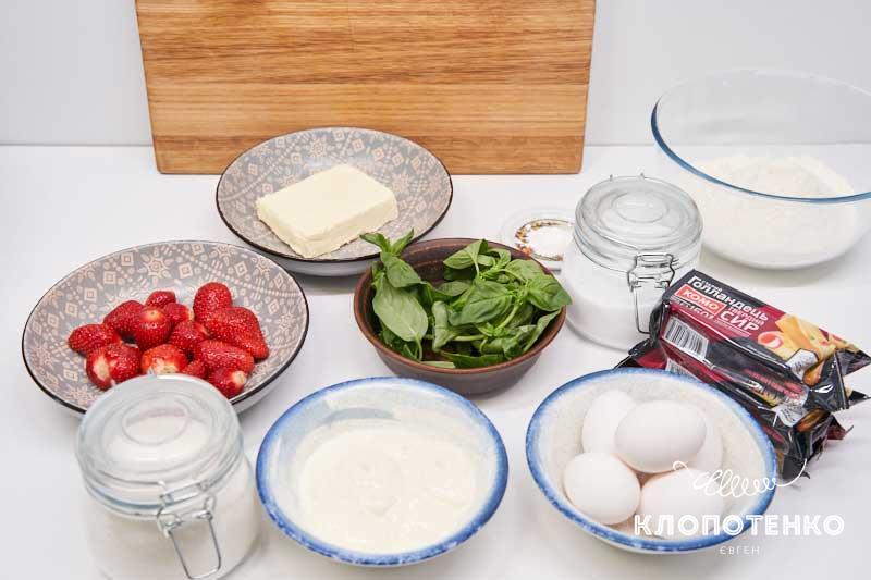 Подготовьте все ингредиенты для пирога с сыром и клубникой